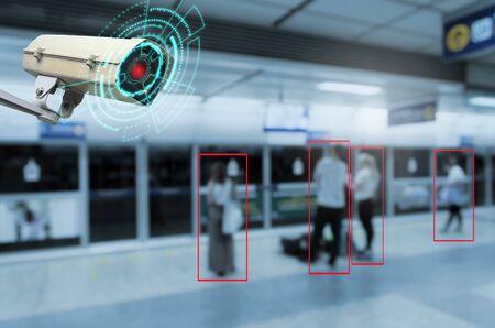 IOT CCTV, sistema de detección de movimiento de cámara interior de seguridad que funciona con personas que esperan el metro en la estación de tren, gestión de soluciones cctv, seguridad de vigilancia, concepto de tecnología inteligente de seguridad