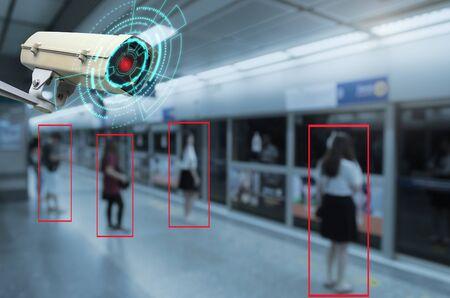 IOT CCTV, Sicherheits-Innenkamera-Bewegungserkennungssystem, das mit Menschen arbeitet, die in der U-Bahn am Bahnhof warten, CCTV-Lösungsmanagement, Überwachungssicherheit, Sicherheitskonzept für intelligente Technologie