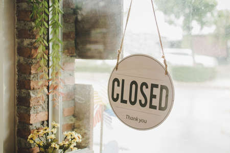 Closed. coffee cafe shop text on vintage sign board hanging on glass door in modern cafe coffee shop, cafe restaurant, retail store, small business owner, takeaway food, food and drink concept Imagens