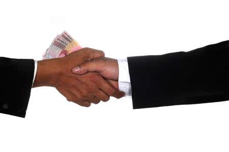Man handen geven geld aan andere man de hand, geïsoleerd op wit Stockfoto