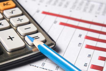 zakelijke grafiek, rekenmachine, blauw potlood Stockfoto