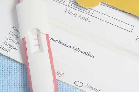 pregnancy test: Paquete de prueba de embarazo en el fondo azul Foto de archivo