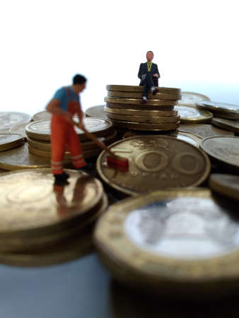 conceptual Illustration for Money Laundry Activity, worker mini figure toy cleaning golden indonesia rupiah coin Foto de archivo - 105073939