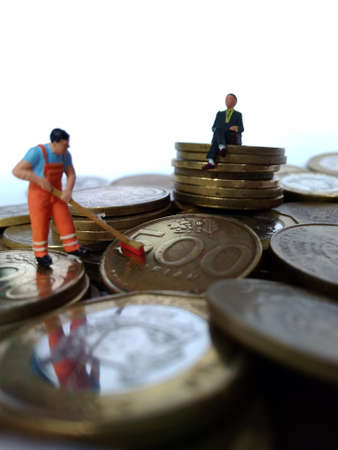 conceptual Illustration for Money Laundry Activity, worker mini figure toy cleaning golden indonesia rupiah coin Banque d'images - 105073941