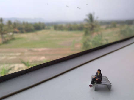 mini figure businessman sit at train window, going to bussines trip Stockfoto