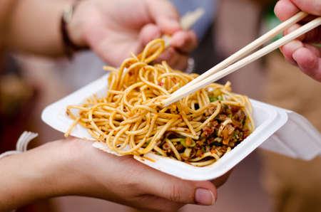 personas en la calle: Fideos alimentadas con tofu