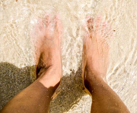 uñas pintadas: Pies de arena de mar y me Foto de archivo