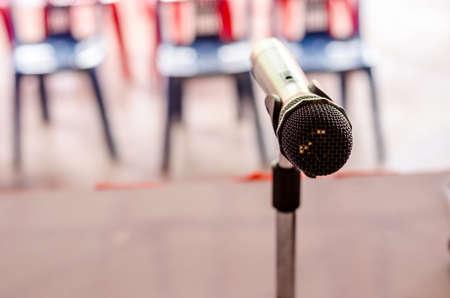 microfono antiguo: Primer plano del micr�fono de �poca antigua en la sala de conferencias