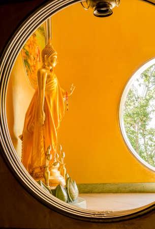 cabeza de buda: La estatua de Buda de pie en Hatyai Songkhla Tailandia