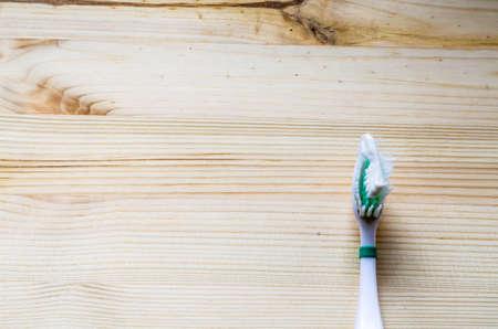 dientes sucios: Cepillo de dientes viejo en el fondo de madera. Tono Cinematic