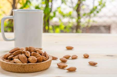 botanas: almendra merienda en la mesa de madera: Tiempo de romper en el cargo