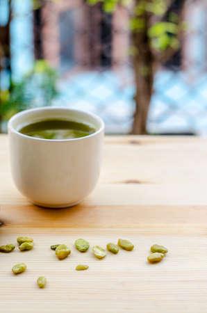 Organic Green Matcha Tea and edible seeds of hyacinth bean snack 版權商用圖片