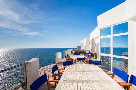 vue de la terrasse de luxe avec table et chaise