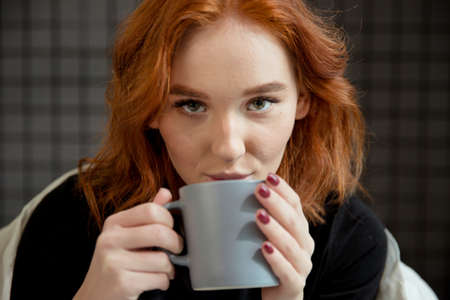 Stylish woman with an aromatic coffee in hands Banque d'images - 138285689