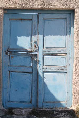 mediterraneo:  old abandoned broken door, grecia,mediterraneo