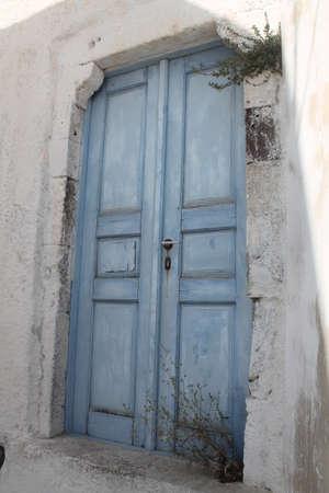 mediterraneo:  Old abandoned blue door, grecia,mediterraneo