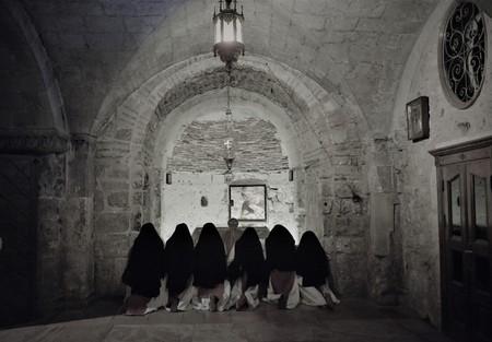 Religious nuns praying in Jesus Christ holy grave church at Christmas in Jerusalem 版權商用圖片