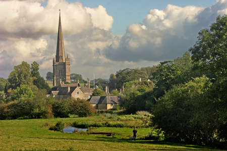 Burford is a small medieval town in the Cotswolds, of about 1000 people with a fine bridge over the river Windrush. Standard-Bild