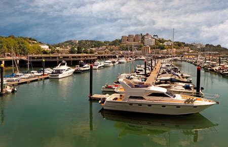 literas: El puerto deportivo de Torquay, en Devon, Inglaterra est� bien protegida de los vientos del oeste predominantes y tiene amarres para alrededor de cuatrocientos cincuenta barcos