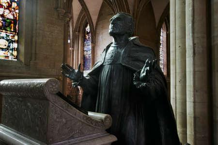 director de escuela: Estatua del obispo Librar en Southwell Minster, quien antes de esto fue director de la universidad de Winchester. En ambos puestos que obtuvo un gran problema ya que era un excelente organizador. Editorial