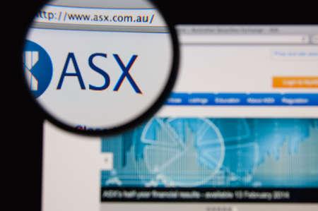 supervisión: LISBOA - 20 de enero 2014: La foto de ASX página web en una pantalla de monitor a través de una lupa. Editorial