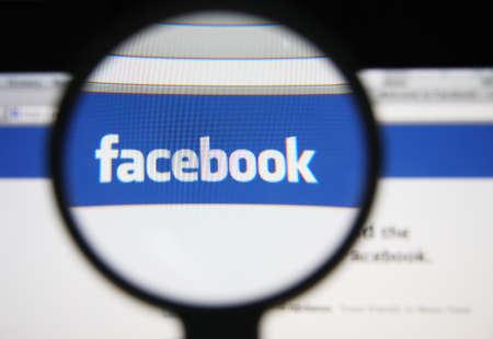 privacy: LISBOA - 20 de diciembre 2013: La foto de Facebook p�gina web en una pantalla de monitor a trav�s de una lupa.
