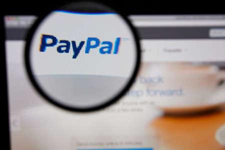 虫眼鏡で拡大してモニター画面にリスボン - 2014 年 1 月 14 日: 写真の Paypal ホームページ。