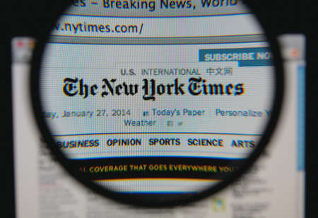 LISBON - JANUARY 29, 2014: Photo of the The New York Times homepage on a monitor screen through a magnifying glass. 報道画像