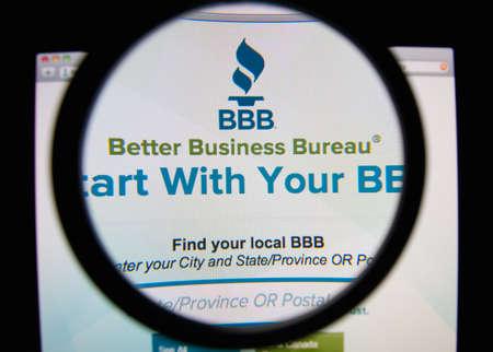 Lissabon, Portugal - 17. Februar 2014: Foto von Better Business Bureau Homepage auf einem Bildschirm durch eine Lupe.