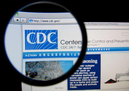 salud publica: LISBOA, Portugal - 17 de febrero 2014: Los Centros para el Control y Prevención de Enfermedades página a través de una lupa.