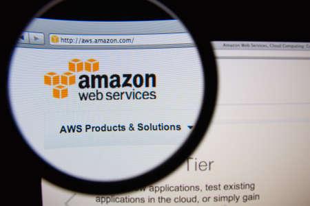 Lizbona, Portugalia - 19 lutego 2014: Amazon Web Services strona główna przez szkło powiększające. Publikacyjne