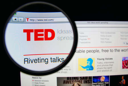 LISBON, PORTUGAL - FEBRUARY 19, 2014: TED homepage through a magnifying glass. 新聞圖片