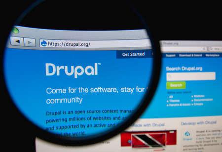 LISBON, PORTUGAL - FEBRUARY 19, 2014: Drupal website through a magnifying glass. 에디토리얼