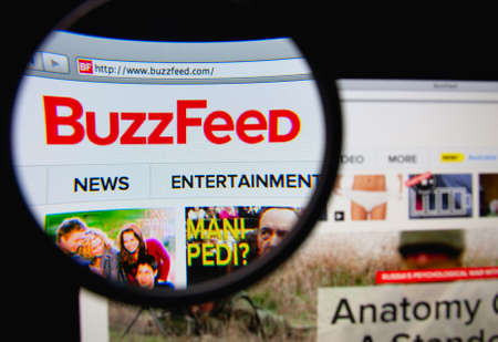 LISBON, PORTUGAL - MARCH 7, 2014: Photo of Buzzfeed homepage on a monitor screen through a magnifying glass. Фото со стока - 34848313
