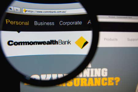虫眼鏡で拡大してモニター画面にホームページをオーストラリアのコモンウェルス銀行のリスボン, ポルトガル - 2014 年 3 月 10 日: 写真。