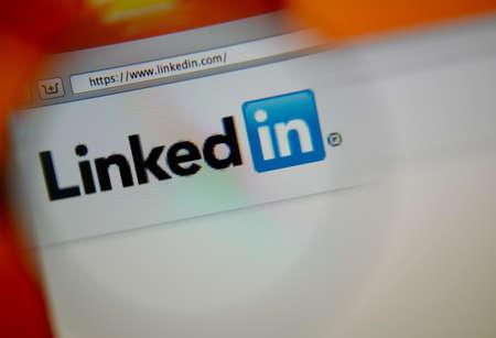 Lissabon, Portugal - 3. August 2014: Foto von LinkedIn Homepage auf einem Bildschirm durch eine Lupe. Editorial