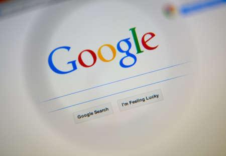 google: LISBOA, Portugal - 03 de agosto 2014: Foto de la p�gina principal de Google en una pantalla de monitor a trav�s de una lupa. Editorial