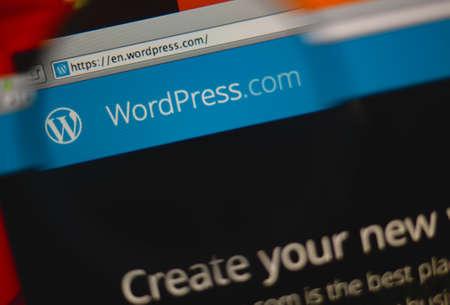 리스본, 포르투갈 - 2014 년 3 월 10 일 : 돋보기를 통해 모니터 화면에 WordPress.com 홈페이지의 사진. 스톡 콘텐츠 - 34848498