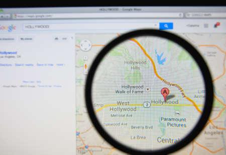 Lissabon, Portugal - 13 maart 2014: De foto van Google Maps opsporen Hollywood op een beeldscherm door een vergrootglas.