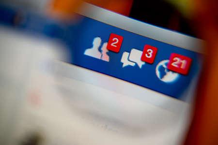LISBONA, PORTOGALLO - 27 AGOSTO 2014: foto di Facebook avvisi di richieste di amicizia, messaggi posta in arrivo e le notifiche su un monitor attraverso una lente di ingrandimento. Archivio Fotografico - 34848943