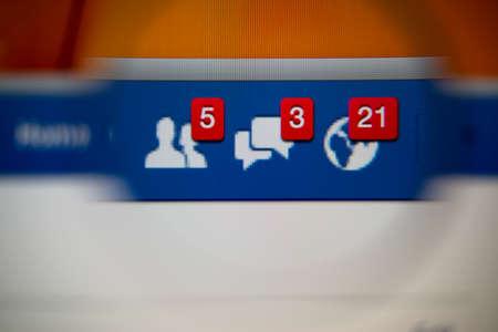 Lisbonne, Portugal - 27 août 2014: Photo de Facebook alertes de demandes d'amis, messages boîte de réception et des notifications sur un écran de contrôle à travers une loupe. Banque d'images - 34848964