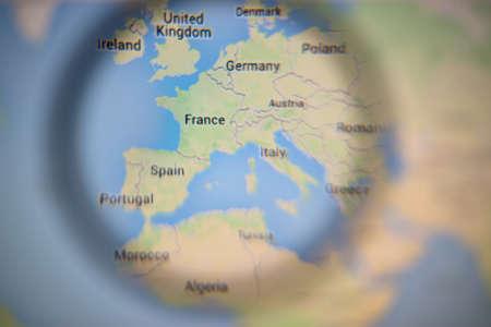Lissabon, Portugal - 27 augustus 2014: Foto van de Foto van Europa op Google Maps op een beeldscherm door een vergrootglas.
