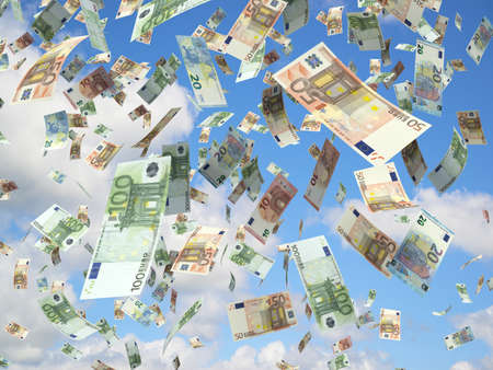 raining: billetes de banco euro que caen en el cielo azul.