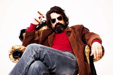 hombre fumando puro: Hombre sentado en un sill�n, fumando un cigarro, la pintura de aceite