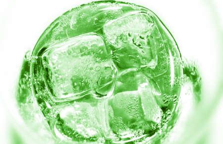 cocteles de frutas: vaso de limonada refrescante de kiwi tropical con hielo y menta en la mesa
