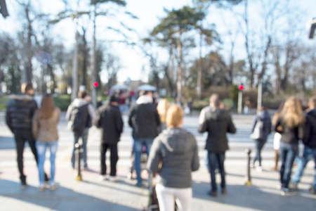personas caminando: Alta imagen borrosa clave de la gente que camina por la calle. Rostros irreconocibles.