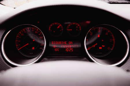 Modernes Luxusauto innen. Innenraum des Prestige modernen Autos. Schwarzes perforiertes Ledercockpit. Lenkrad und Armaturenbrett. Automatische Gangschaltung. Autoinnenraum. Professionelle Autopflege