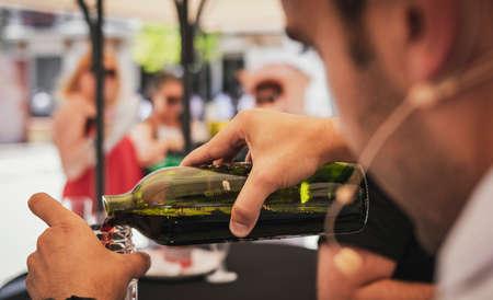 Sommelier serviert Wein mit frisch entkorkter Flasche ohne Flaschenhals