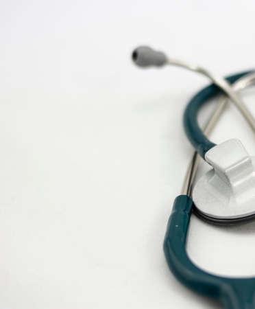Grünes Stethoskop auf weißem Hintergrund Standard-Bild