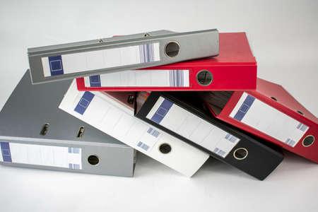 Viele Aktenschränke für Bürodokumente in verschiedenen Farben auf weißem Hintergrund